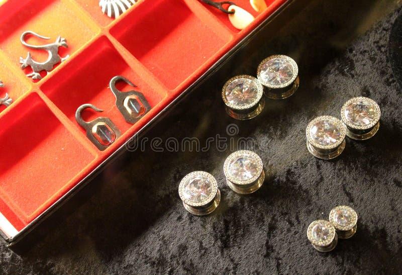 Het doordringen juwelen bij tatoegeringswinkel stock foto
