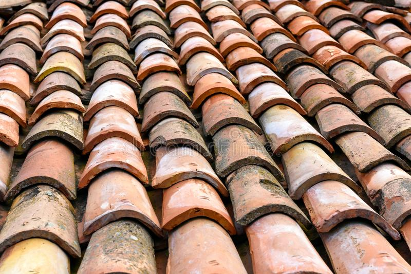 Het doorstane dak van de kleitegel, patroon van oranje tegels stock afbeelding
