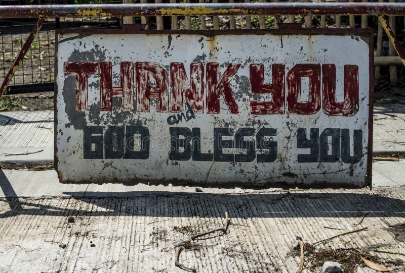 """Het doorstane teken in de straat kondigt """"Thank u af, zegent de God You† in Batangas, de Filippijnen stock afbeelding"""