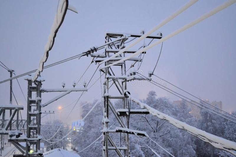 Het doorweven van elektrodraden in de sneeuw Vroege ochtend Rusland royalty-vrije stock fotografie