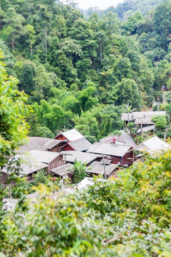 Het dorp in de bergen stock afbeelding