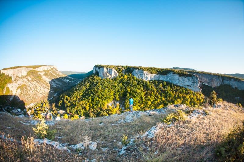 Het dorp in een bergvallei stock afbeeldingen