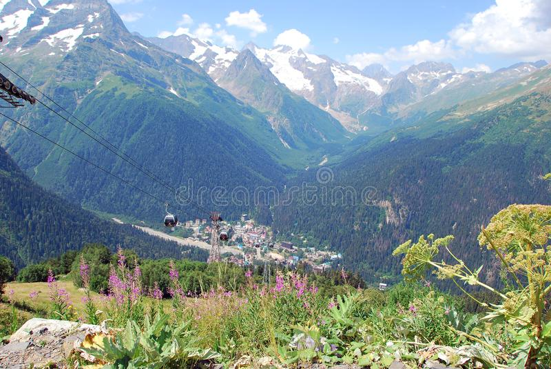 Het dorp en de bergpieken van Dombay royalty-vrije stock foto's