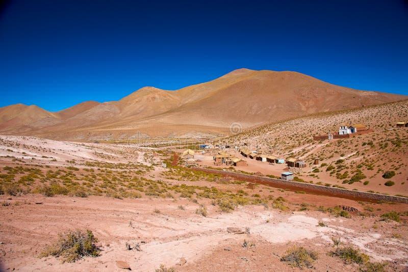 Het dorp Machuca van Altiplano met een typische kerk stock fotografie