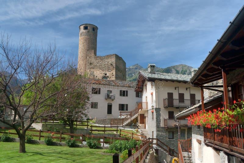 Het dorp van Chatelard met kasteel stock afbeeldingen