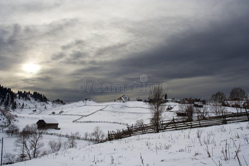 Het dorp van de berg in wintertijd stock fotografie