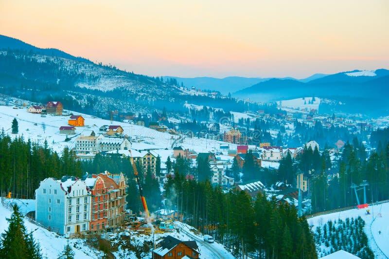 Het dorp van de de winterkarpaten Bukovel, de Oekraïne stock foto's
