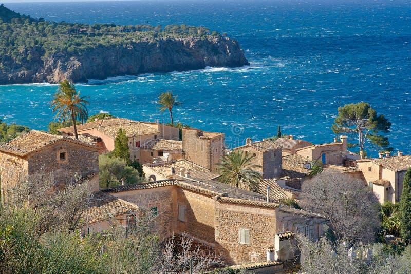 Het dorp van de kust dichtbij Deja stock afbeelding