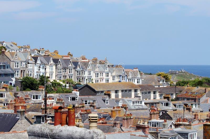 Het Dorp van de kust van St Ives, Cornwall, het UK Mening over oude stad met typische huizen in de zonneschijn van de middagzomer royalty-vrije stock foto's