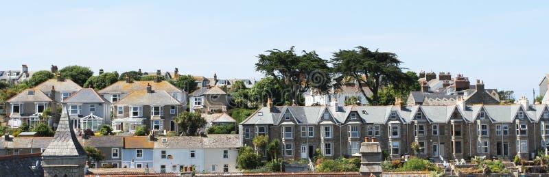 Het Dorp van de kust van St Ives, Cornwall, het UK Mening over oude stad met typische huizen in de zonneschijn van de middagzomer royalty-vrije stock afbeelding