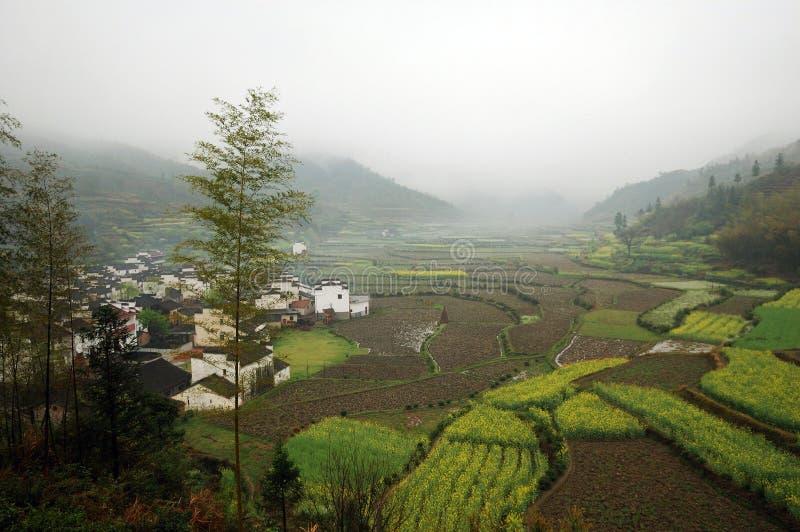 Het dorp van de ochtendmist royalty-vrije stock afbeelding