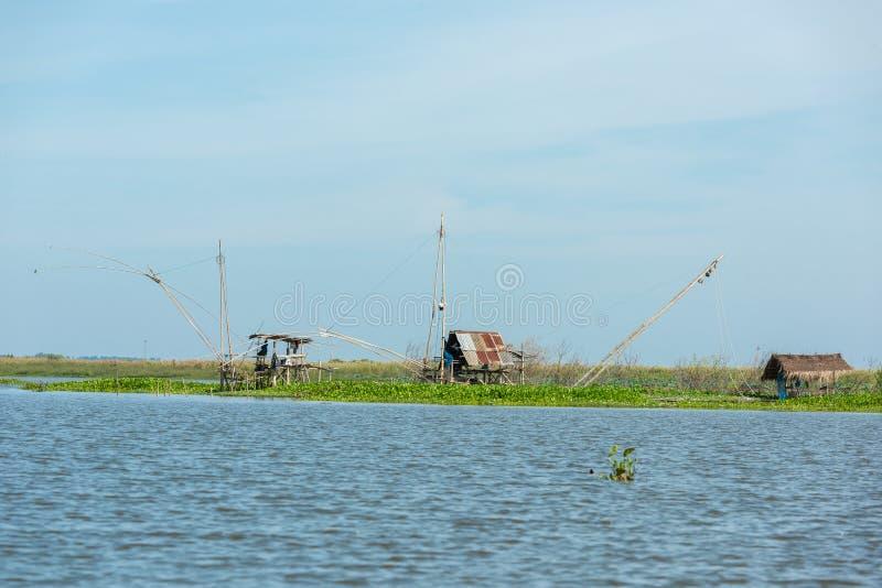 Het dorp van de visser in Thailand met een aantal geroepen visserijhulpmiddelen stock foto