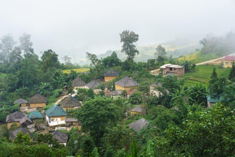 Het dorp van etnische minderheidha Nhi met Adobe-stijl thick-walled huizen met mist in Y Ty, Lao Cai-provincie, Vietnam royalty-vrije stock foto