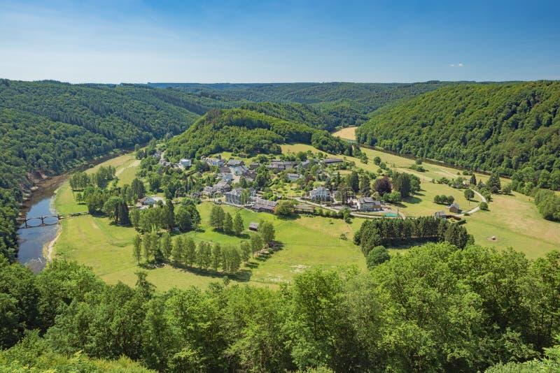 Het dorp van Frahan door de meander van Semois wordt omringd die royalty-vrije stock afbeelding
