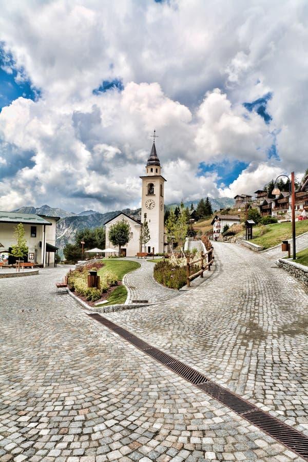 Het dorp van gemzen, van de Kerk en van het centrum stock foto