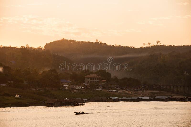 Het dorp van het rivieroeverland in de ochtend royalty-vrije stock afbeelding