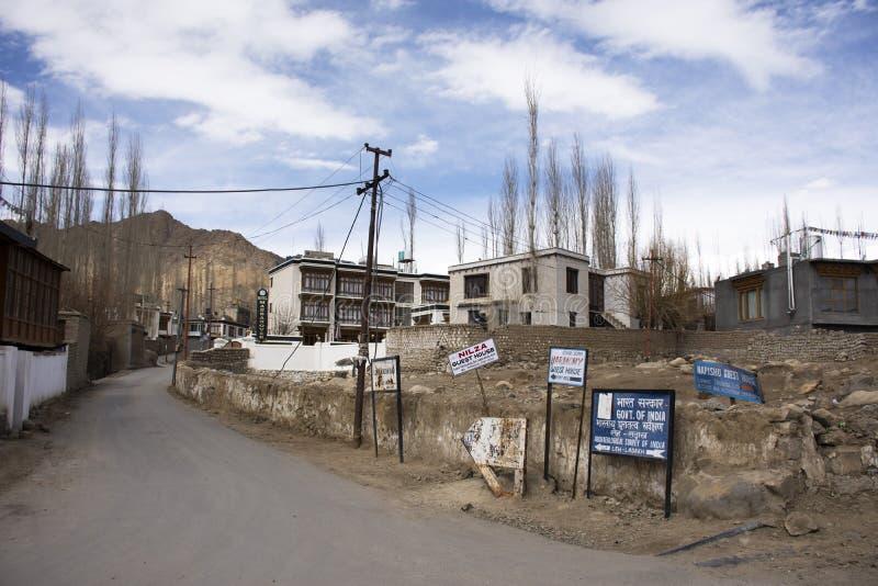 Het dorp van Lehladakh bij Himalayan-vallei terwijl wintertijd in Jammu en Kashmir, India royalty-vrije stock afbeeldingen