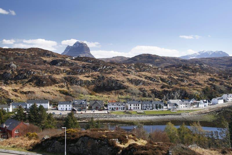 Het dorp van Lochinver stock afbeelding