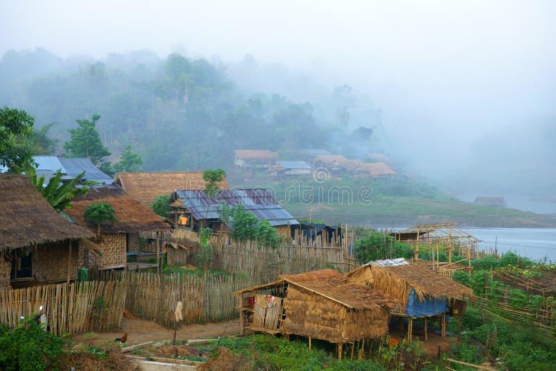 Het dorp van Mon, dat in mist baadt. stock fotografie