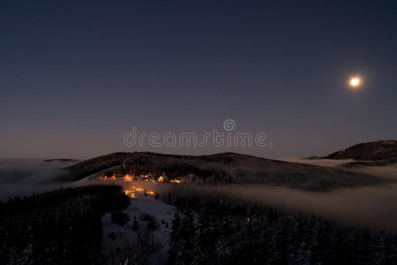 Het dorp van Pustevny in de nacht royalty-vrije stock afbeelding