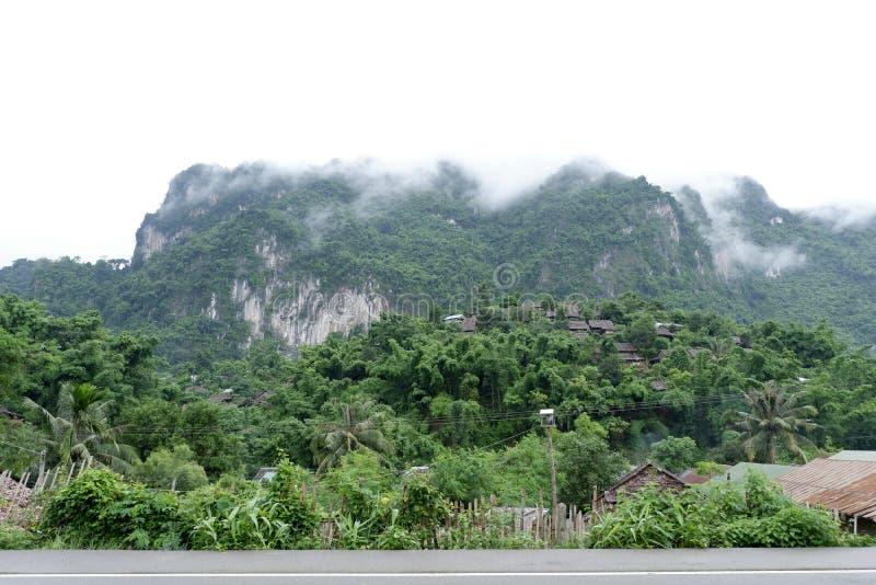 Het dorp wordt omringd door mist stock afbeelding
