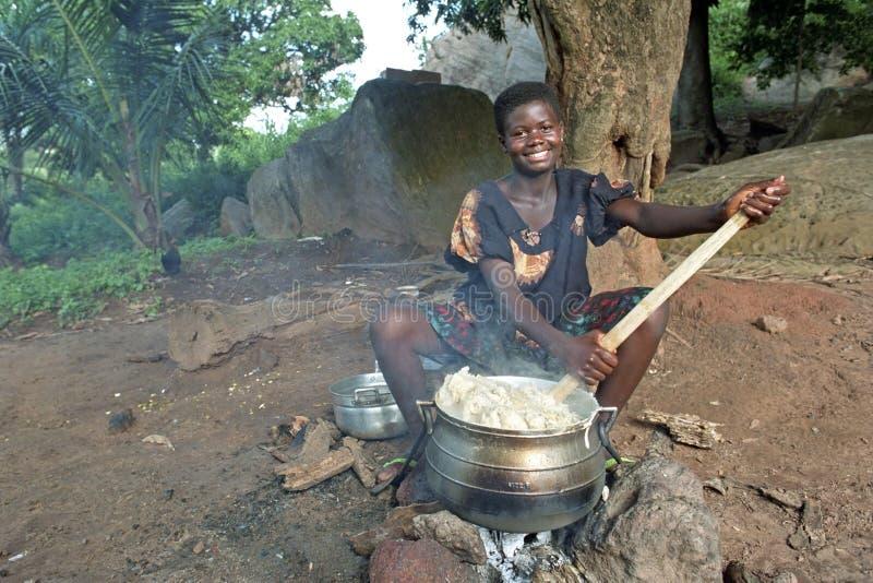 Het dorpsleven met kokende Ghanese jonge vrouw royalty-vrije stock foto