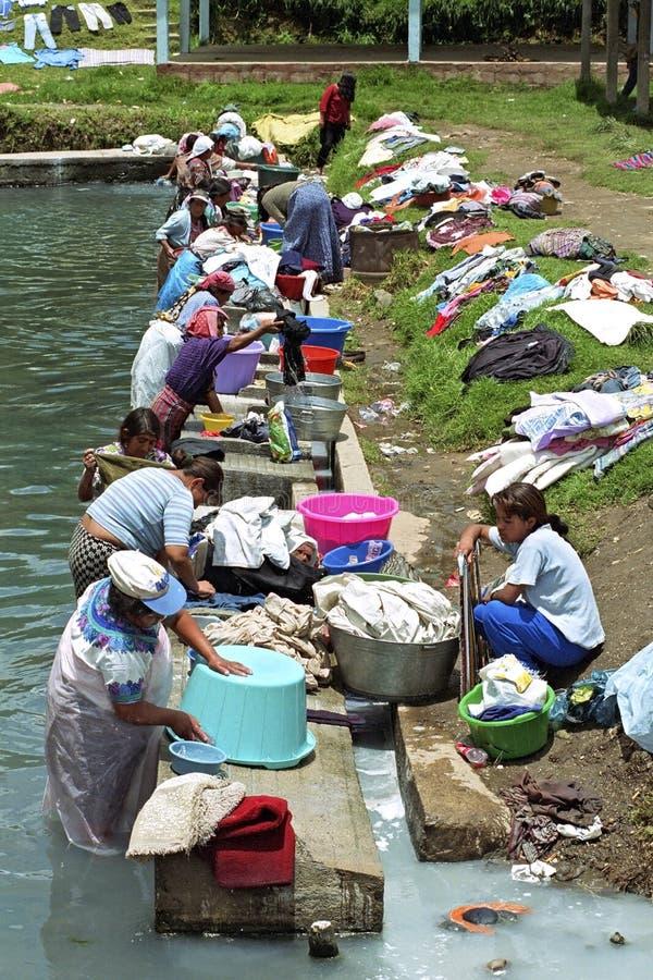 Het dorpsleven met wasserij die Indische vrouwen wassen royalty-vrije stock afbeelding