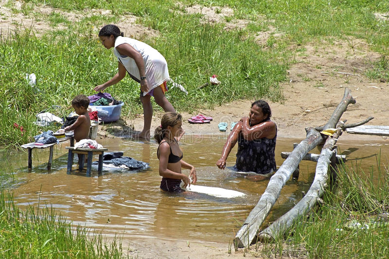 Het dorpsleven in tropisch Bahia, Brazilië, die in rivier wassen royalty-vrije stock afbeeldingen