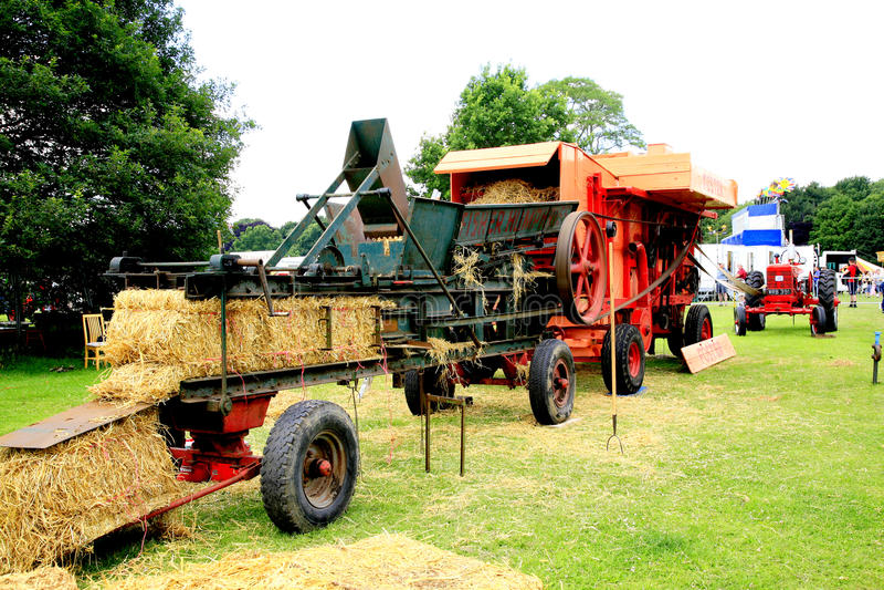 Het dorsen met tractormacht royalty-vrije stock afbeelding