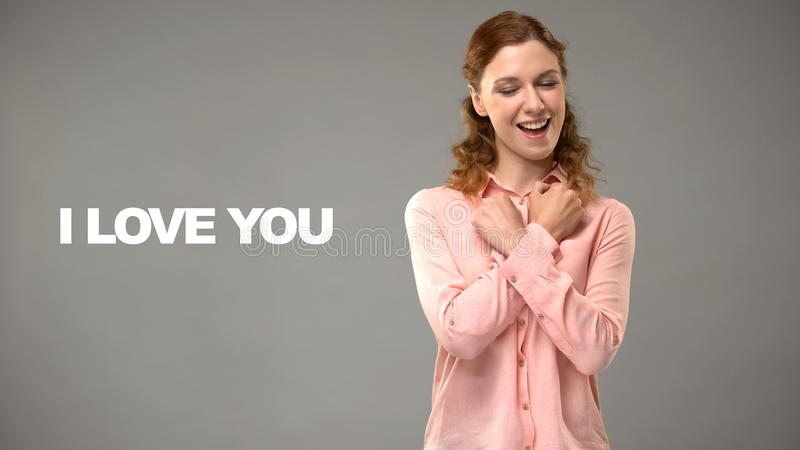Het dove vrouw zeggen houdt van u in gebarentaal, tekst op achtergrond, mededeling royalty-vrije stock foto's