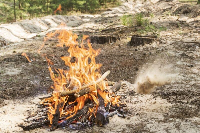 Het doven van de brand met zand royalty-vrije stock afbeeldingen