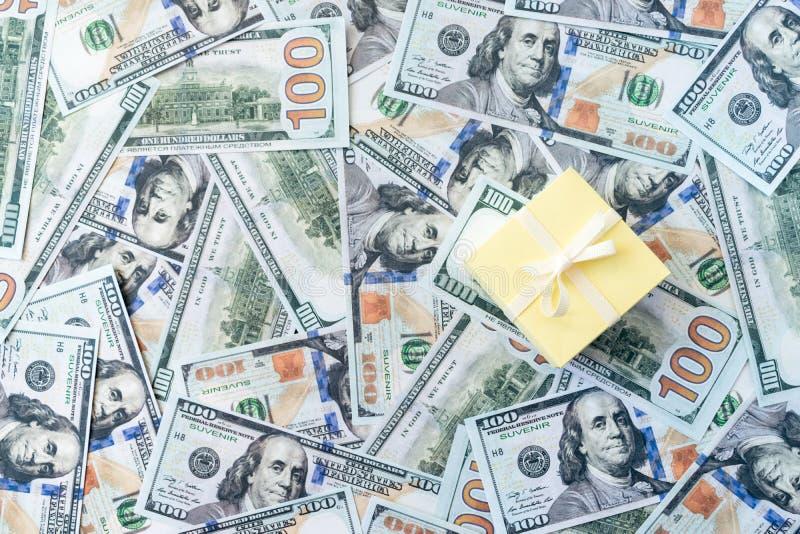 Het in dozen doen dagverkoop Het winkelen bannermodel met giftdoos op de bankbiljettenachtergrond van het dollargeld stock afbeeldingen