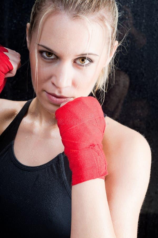 Het in dozen doen opleidings het blonde vrouw sparring stock fotografie