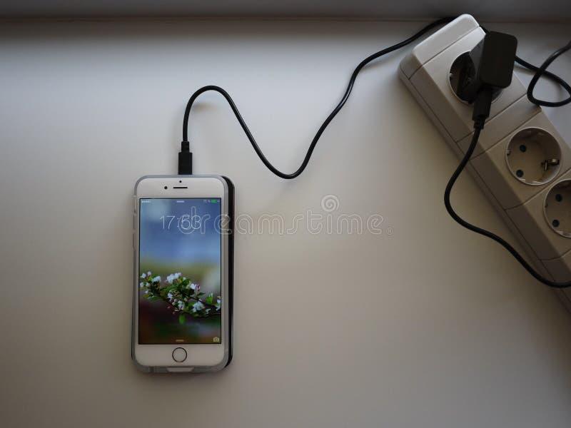 Het draadloze laden voor smartphone Smartphone wordt geladen indien gezet op de oppervlakte van de post details stock foto's