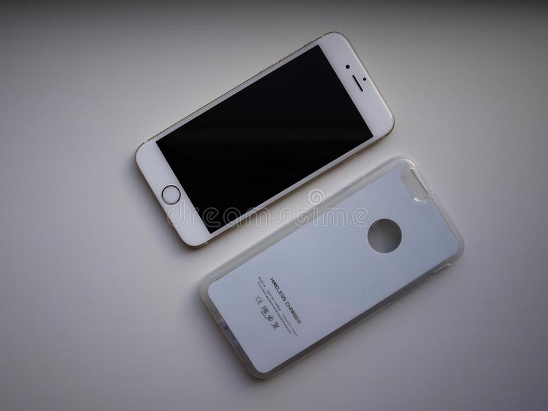 Het draadloze laden voor smartphone Smartphone wordt geladen indien gezet op de oppervlakte van de post details royalty-vrije stock fotografie