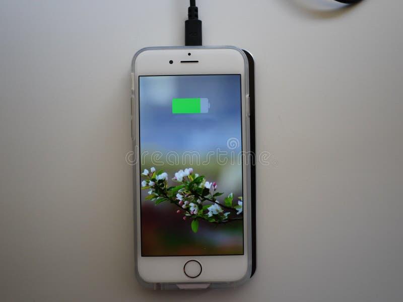 Het draadloze laden voor smartphone Smartphone wordt geladen indien gezet op de oppervlakte van de post details royalty-vrije stock afbeeldingen