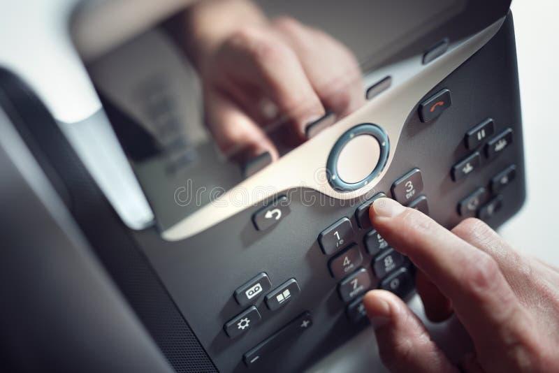 Het draaien van een telefoon in het bureau royalty-vrije stock foto's
