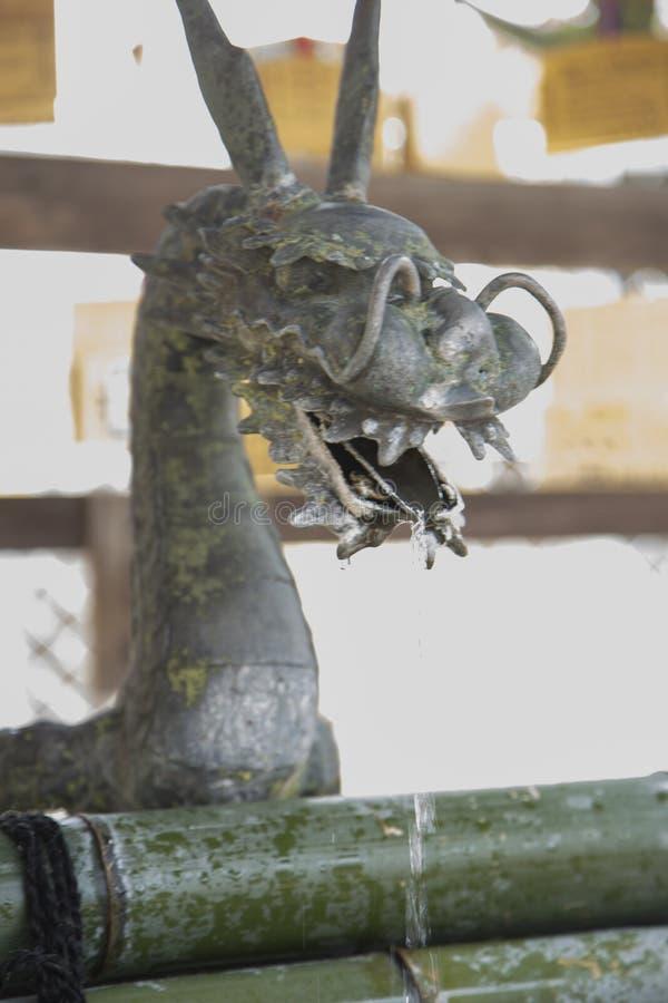 Het draakbeeldhouwwerk, Temizu, ritueel van reiniging in het heiligdom van nanen-, kofuku-ji, in Nara Japan royalty-vrije stock afbeeldingen