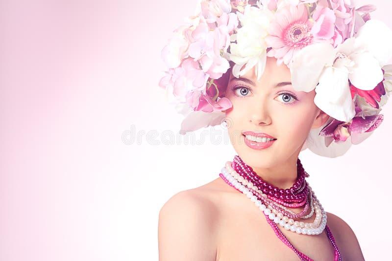 Het dragen van bloemen royalty-vrije stock afbeelding
