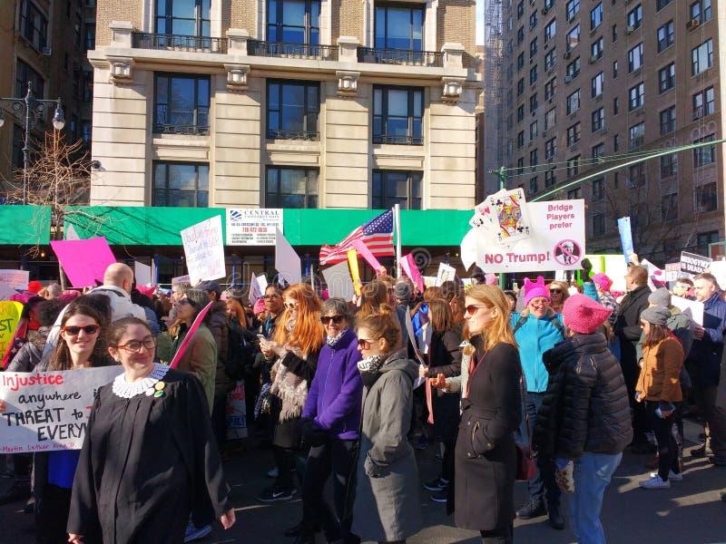 Het dragen van een Rechter Robe bij de Vrouwen ` s Maart, het Central Parkwesten, NYC, NY, de V.S. royalty-vrije stock afbeeldingen