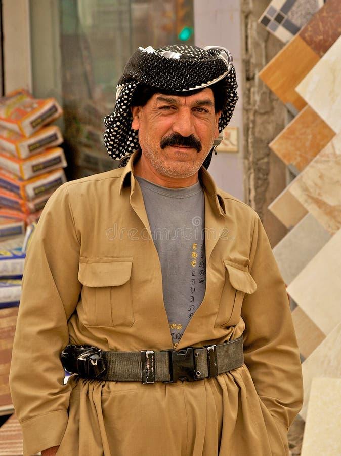 Het dragen van Koerd globaal en riem in Arbil, Iraaks Koerdistan, Irak. stock afbeelding