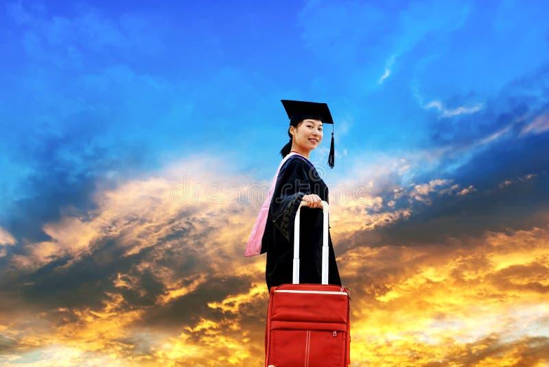 Het dragen van studenten van een de doctorale graduatiekleding stock foto