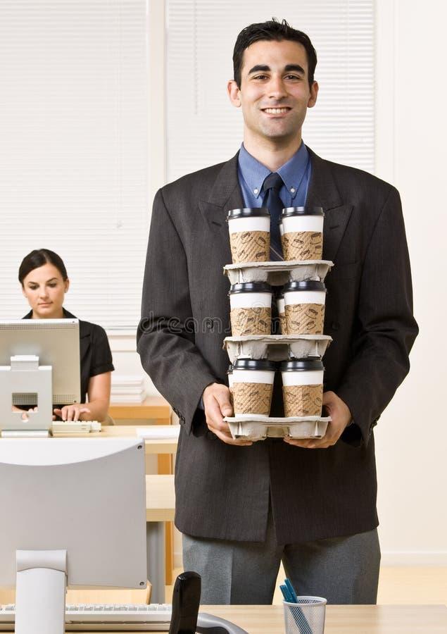 Het dragende dienblad van de zakenman van koffie stock afbeeldingen