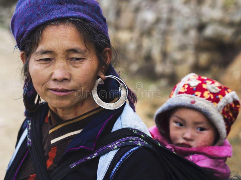 Het Dragende Kind van de Hmongvrouw en het Dragen van Traditionele Kledij, Sapa, royalty-vrije stock foto