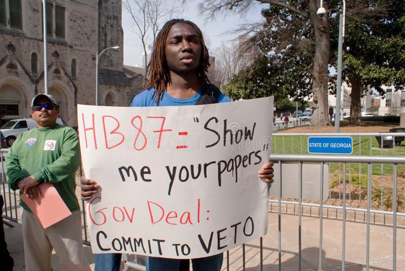Het dragende teken dat van de mens de Overeenkomst van Regering aanspoort om HB87 te weigeren royalty-vrije stock afbeeldingen