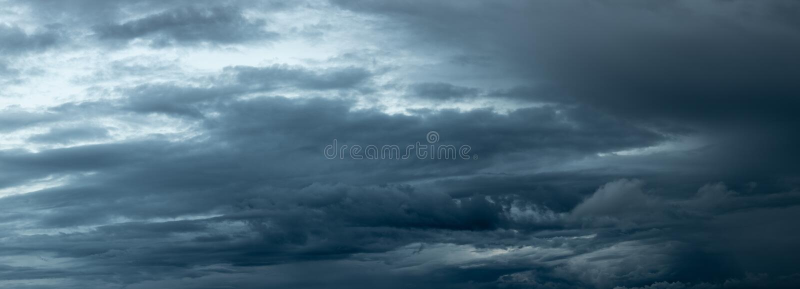 Het dramatische donkere onweerswolken naderbij komen royalty-vrije stock foto's