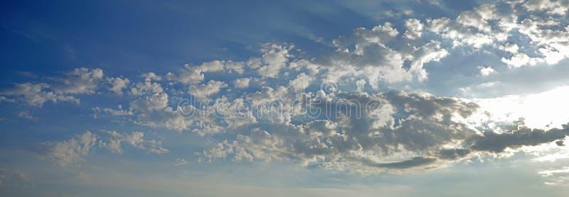 Het dramatische landschap van ochtend betrekt in de hemel van Paros, Cycladen, Griekenland royalty-vrije stock afbeeldingen