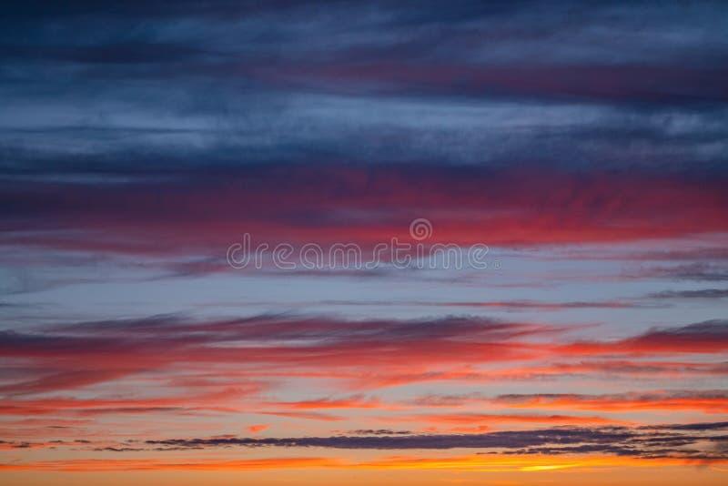Het dramatische panorama van de zonsonderganghemel met het branden van kleurrijke wolkenachtergrond Idyllische cloudscapeachtergr royalty-vrije stock fotografie