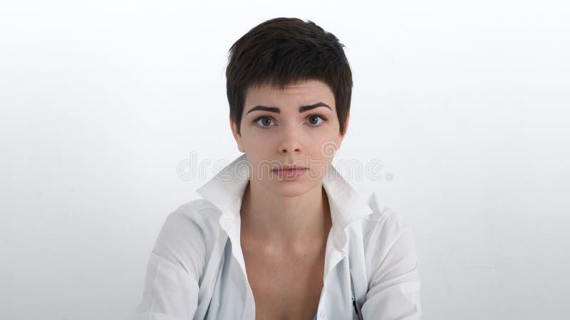 Het dramatische portret van droevige onderneemster in wit overhemd met bobbed haar bekijkend de kijker royalty-vrije stock fotografie