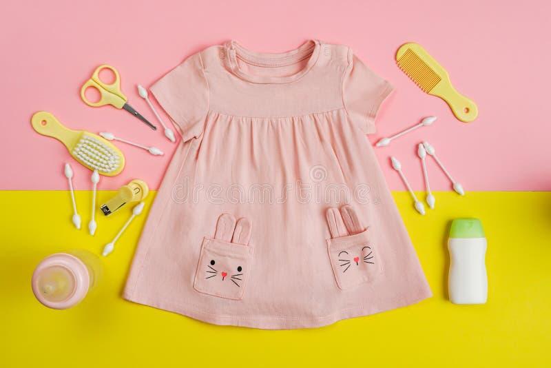 Het dresseeding en de noodzaak van het babymeisje voor baby stock afbeelding